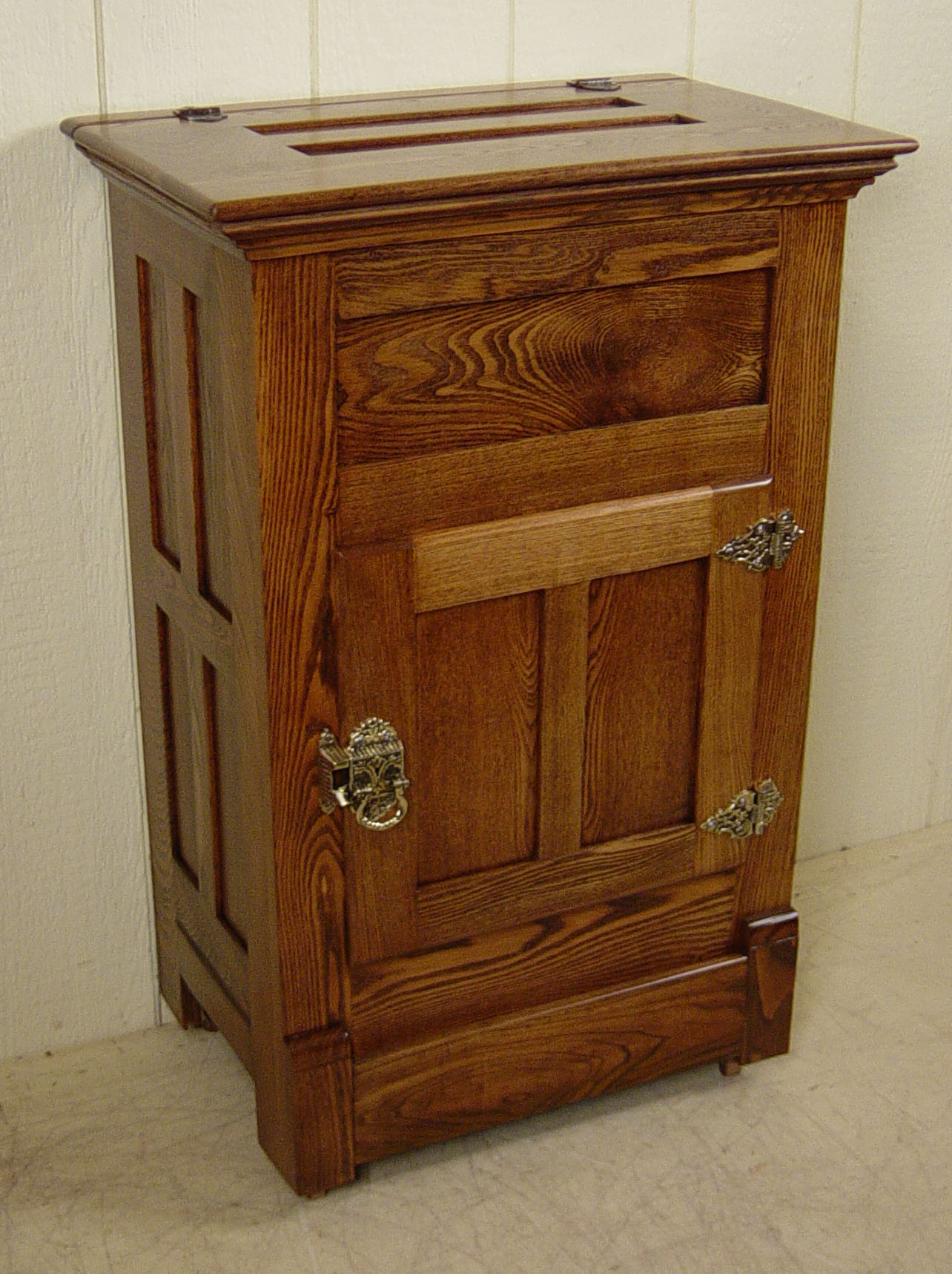 Small lift top apartment size oak ice box for Meuble antique kijiji